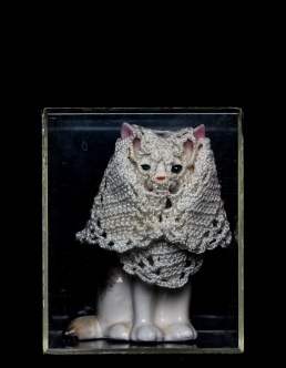Mimi Berlin, 2014. Kitten with Veil, (1990s ceramic, cotton crochet) 9,5 x 11,5 cm
